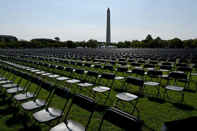 Коронавірус у США: біля Білого дому встановили порожні стільці у пам'ять про померлих