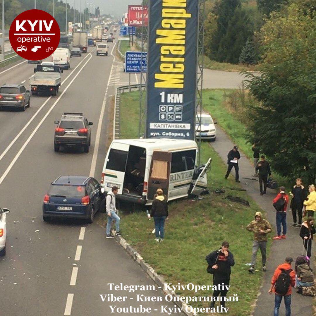 ДТП на Житомирській трасі під Києвом: мікроавтобус влетів у рекламну споруду