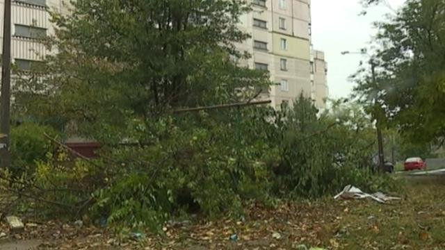 Зірвало дахи та затопило вулиці: в Івано-Франківську пройшла сильна злива