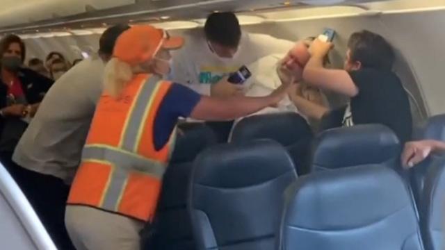 Не одягнув маску – змусили силою: в США в літаку побились пасажири