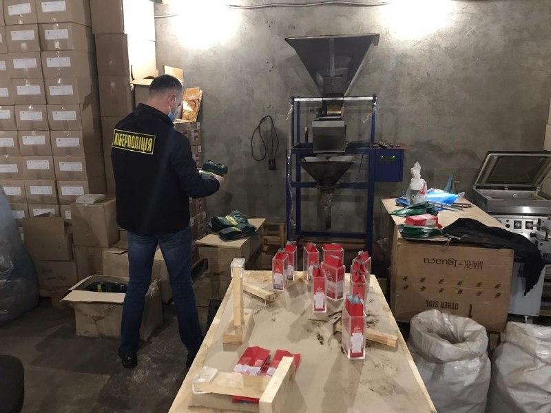 Вилучили 10 тонн товару: на Львівщині підробляли відомі бренди продуктів
