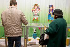 Анекдоты, танцы и каннабис. Чем заманивают украинцев на выборы