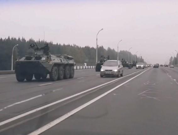 Протесты в Беларуси: в центр Минска стянули военную технику, есть первые задержания