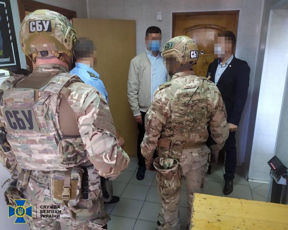 Мільйони гривень на українському зерні: СБУ викрила митника-корупціонера