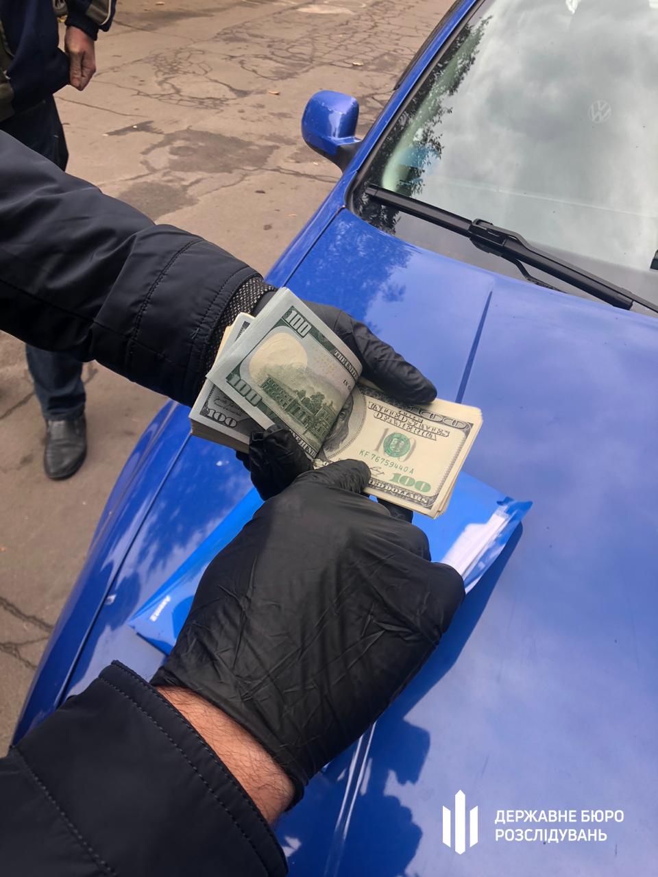 Хабарництво на Вінничині: начальник отримав 5 тис. доларів