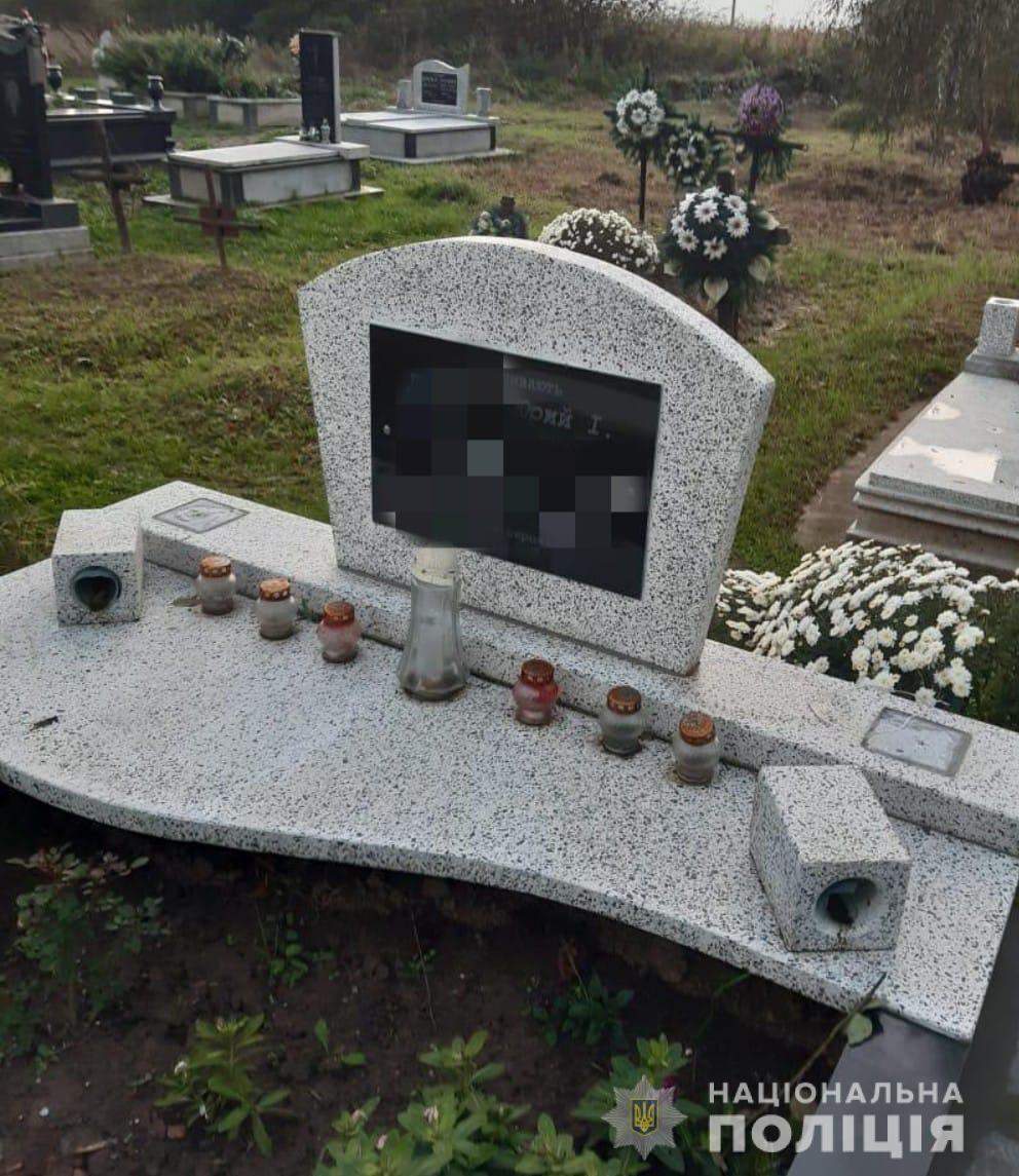 Наймолодшому 9 років: на Закарпатті троє хлопців зруйнували більше 20 могил