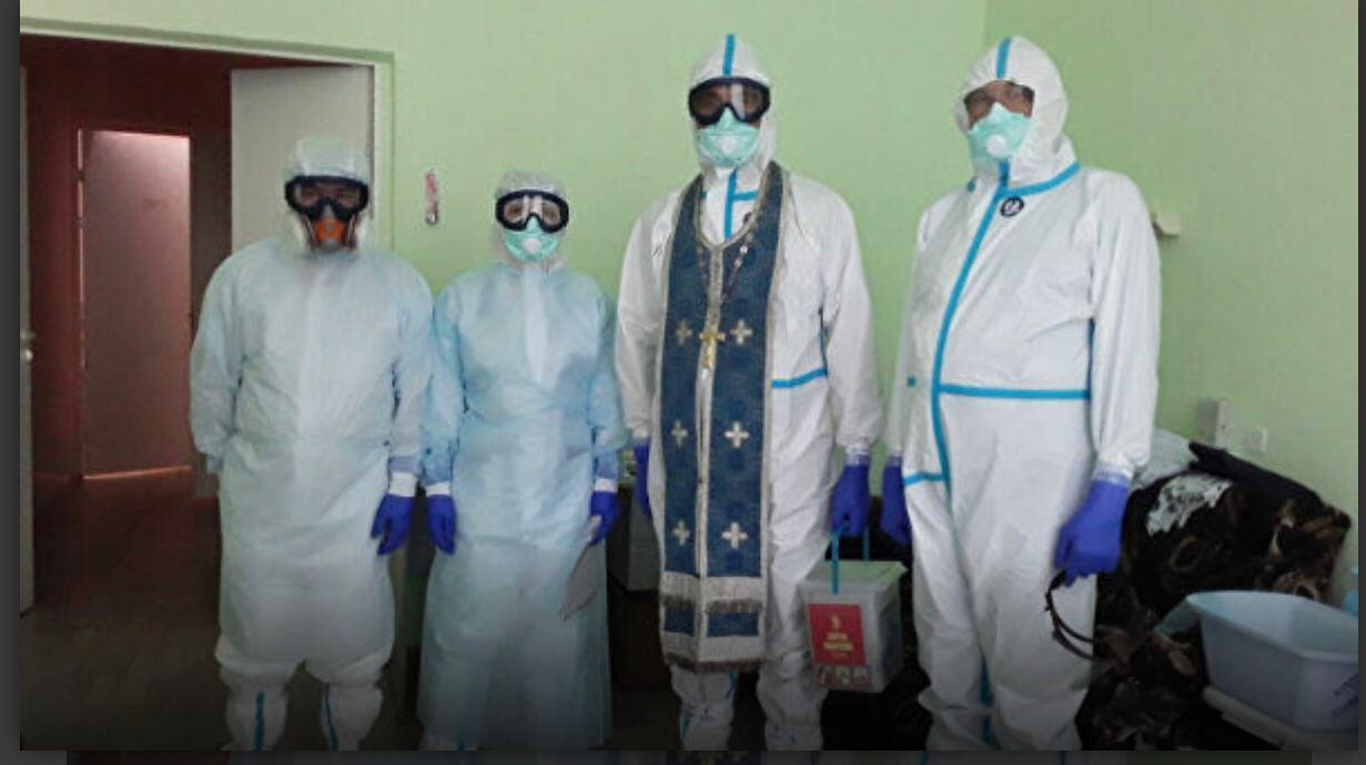У РФ священикам видали спеціальні захисні костюми від Covid-19