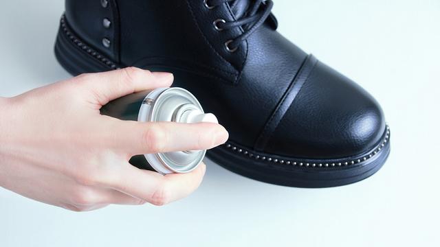Догляд за взуттям зі шкіри та замші взимку