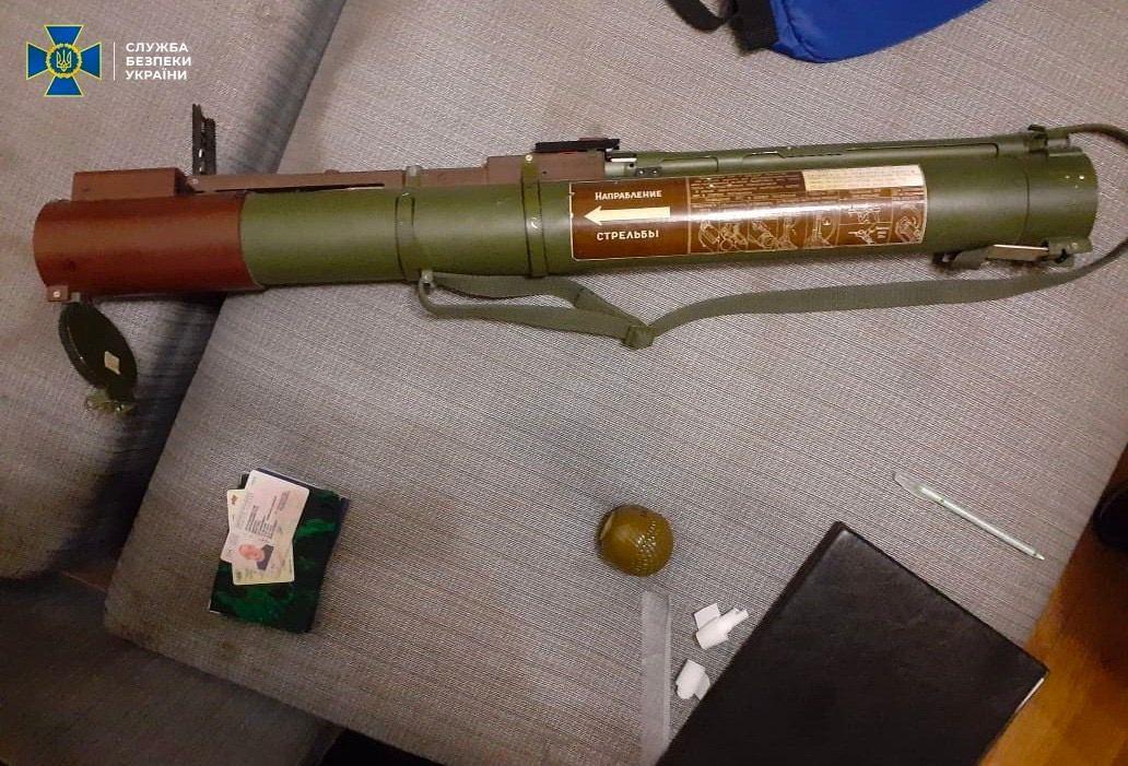 Зброя, наркотики та рейдерство: СБУ викрила банду, яку фінансував нардеп