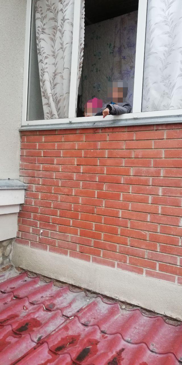 На Прикарпатті мати на кілька днів залишила дітей вдома