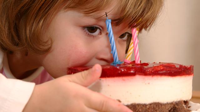 На Львовщине 7-летняя девочка проглотила кусок проволоки с тортом