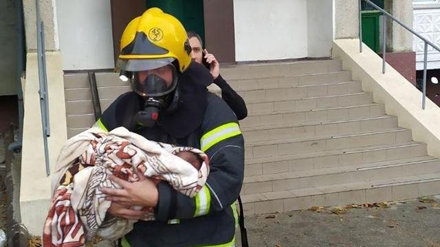 Рятувальники винесли немовля на руках: на Одещині в будинку загорілась електрощитова