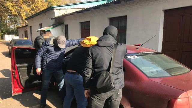 60 тыс. взятки от предпринимателя: на Сумщине задержали двух полицейских