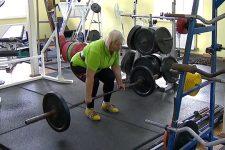 Поднимает 50 кг. 64-летняя бабушка-пауэрлифтер рассказала о секретах здорового образа жизни