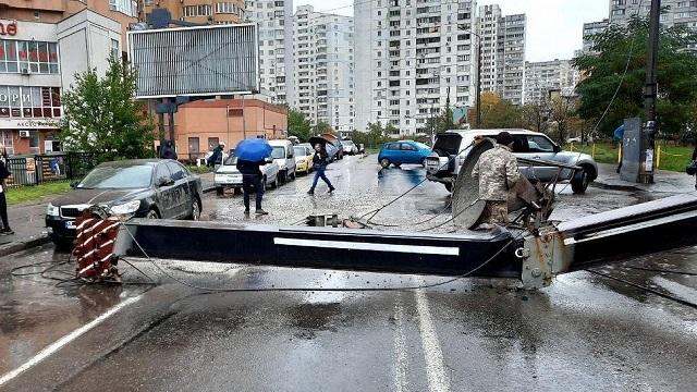 У Києві будівельний кран упав на людну вулицю, пошкоджено авто