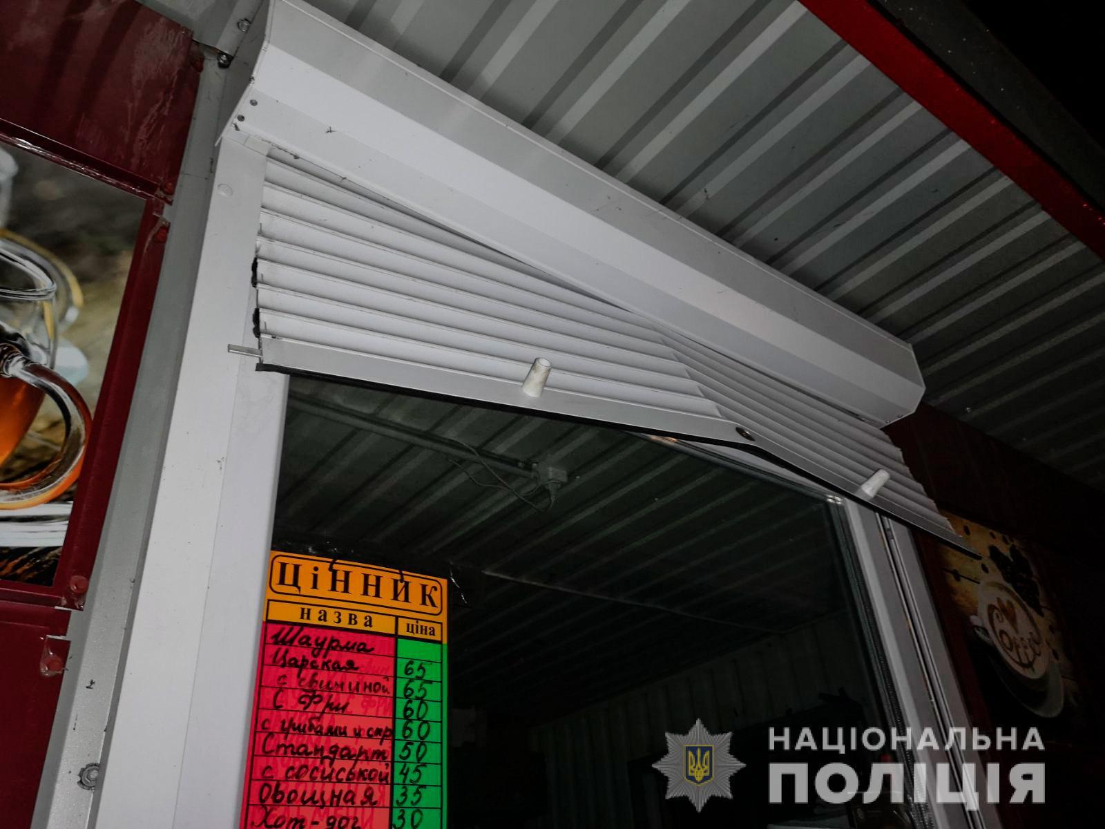 Обікрав магазин і підпалив школу: в Очакові підлітка затримали на крадіжці в кіоску