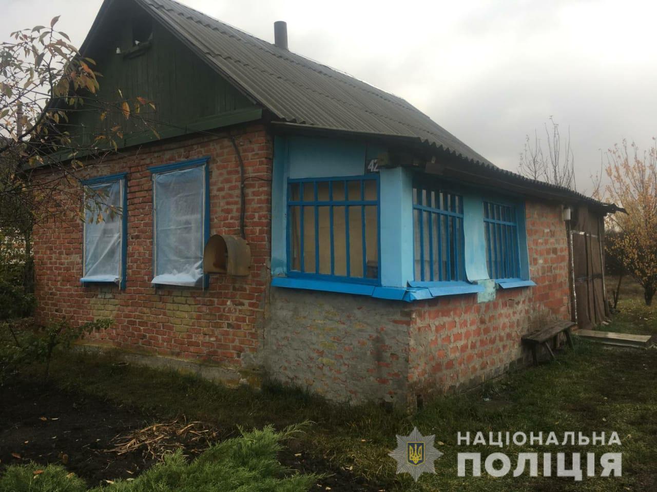 Бив та різав обличчя: на Харківщині чоловік мало не вбив дружину через ревнощі