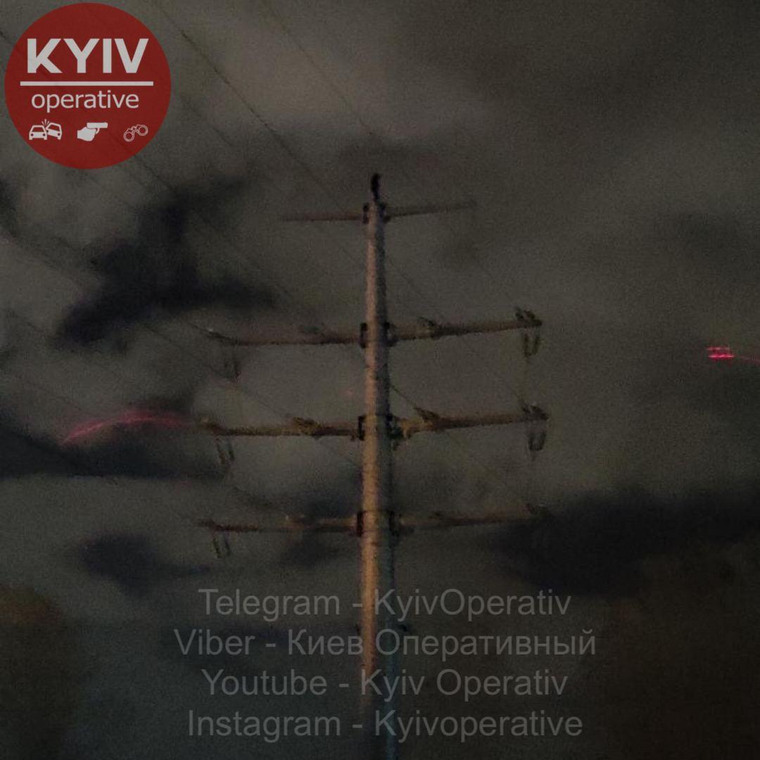 У Києві чоловік заліз на електроопору – лівий берег знеструмлено