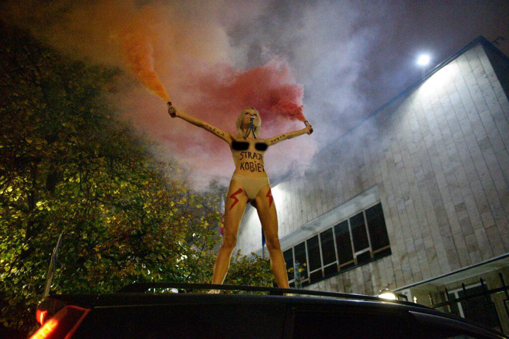 Femen оголилася перед посольством Польщі в Києві