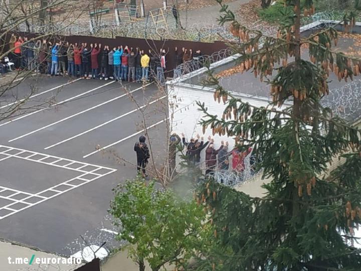 Стоять, тримаючи руки вгору: в Білорусі затримали понад 600 протестувальників