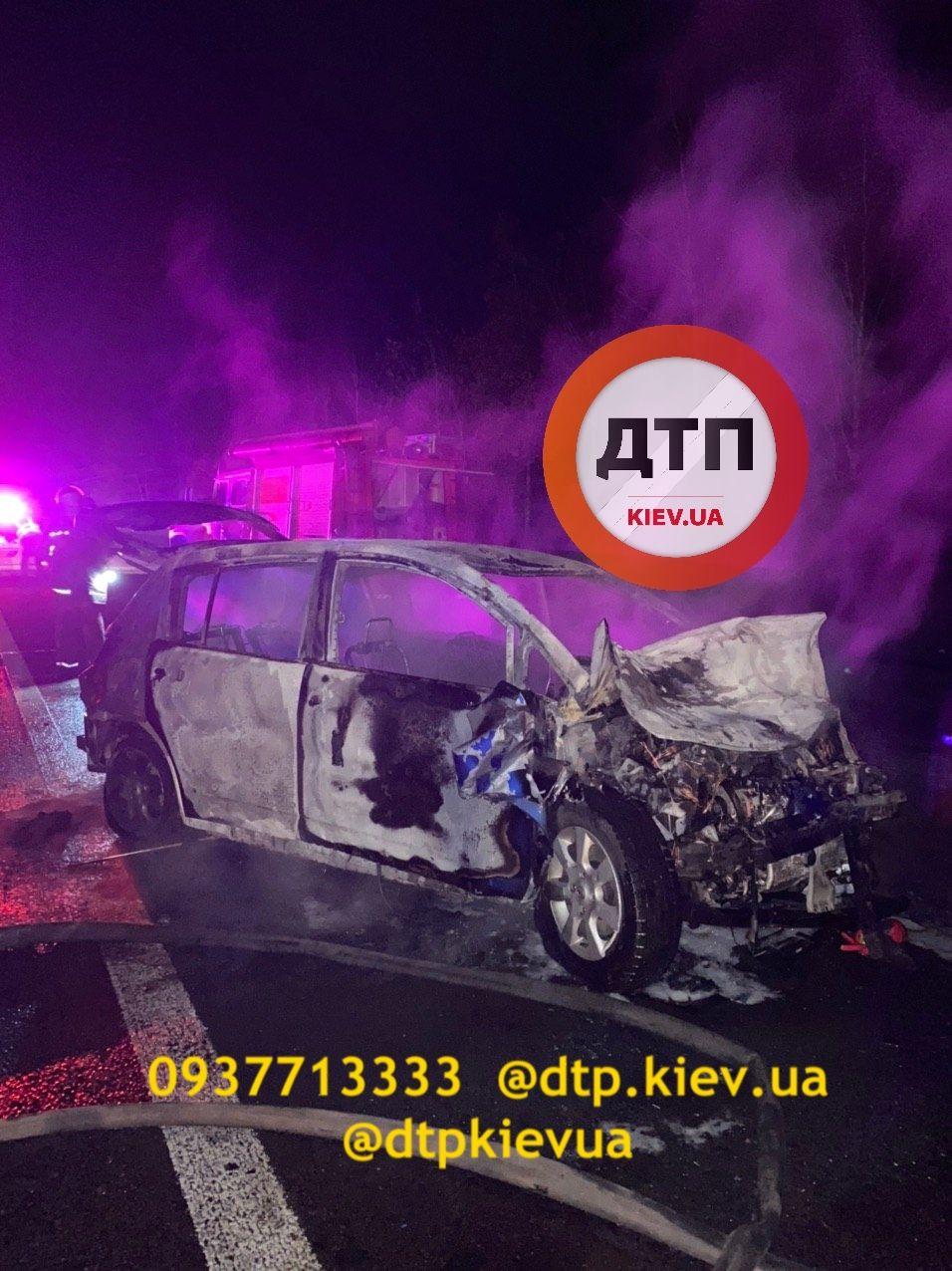 На Київщині два авто зіткнулися та загорілися
