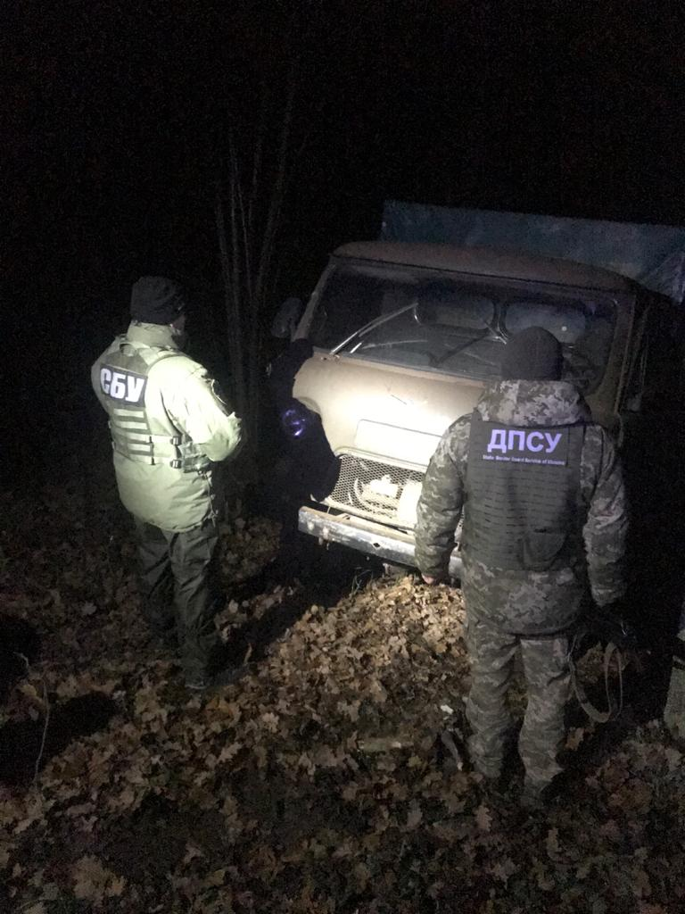 Прикордонники затримали вантажівку з контрабандною ікрою