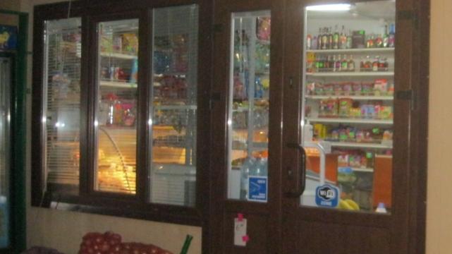 на Львівщині чоловік з гранатою пограбував магазин