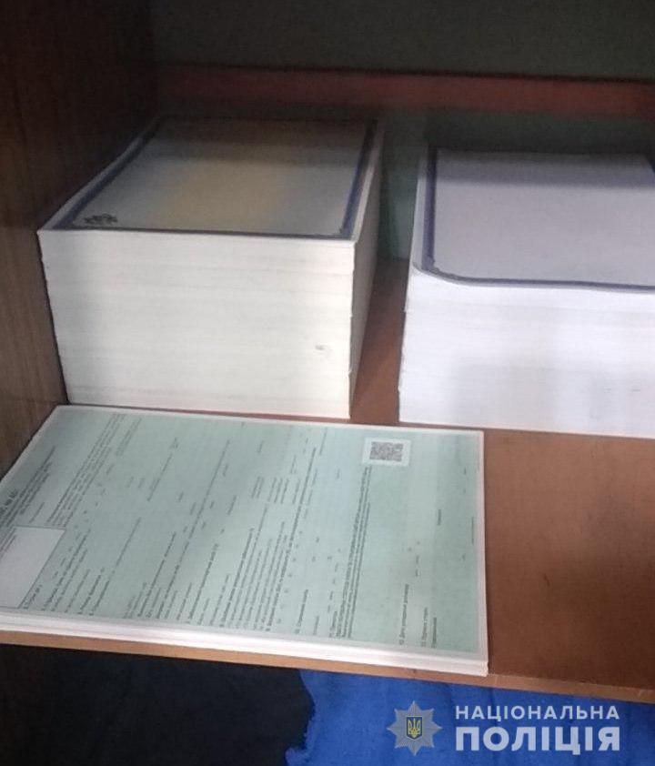 У Києві затримали шахраїв, які підробляли документи для легалізації авто з ЄС та США