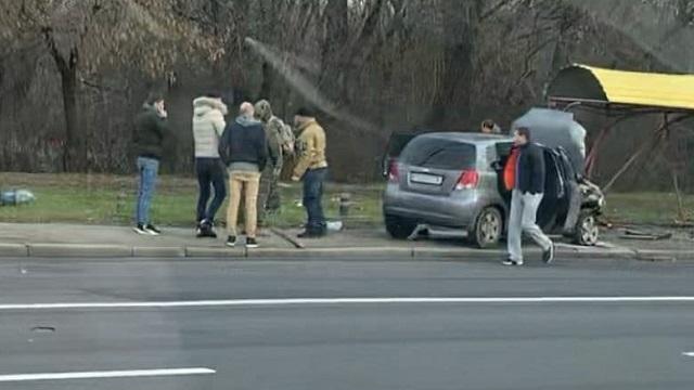 У Києві авто протаранило зупинку і загорілося