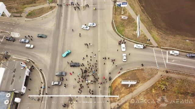 Возле одесского рынка 7-й километр люди перекрыли трассу и угрожают голодовкой