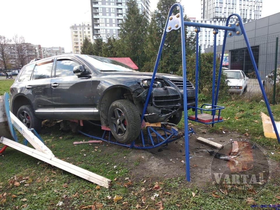 Завис на гойдалці: у Львові п'яний поліцейський влетів у дитячий майданчик
