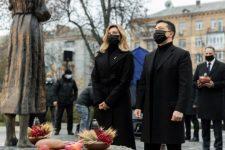 Зеленський з дружиною вшанував пам'ять жертв голодоморів в Україні