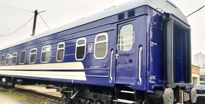 Укрзалізниця вирішила змінити колір вагонів