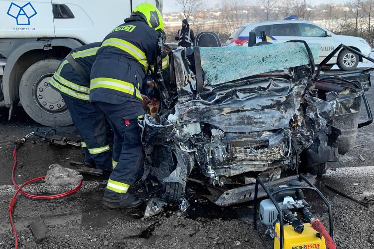 ДТП на Закарпатті: легкових зіткнувся з вантажівкою – є загиблі