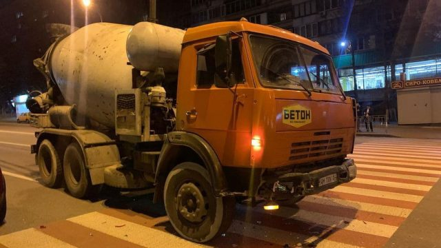 ДТП в Києві: водій на КамАЗ протаранив автомобіль Mazda