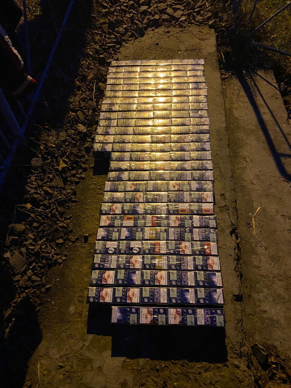 У жіночих панчохах: на Закарпатті виявили сотні пачок цигарок у вантажному потязі