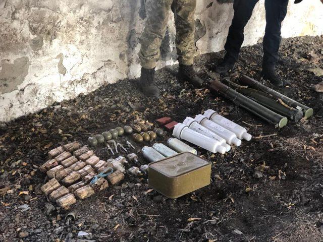 У Донецькій області знайдено схрон зі зброєю та вибухівкою