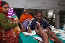 Тысячи индийцев стали участниками испытания вакцины, не понимая этого