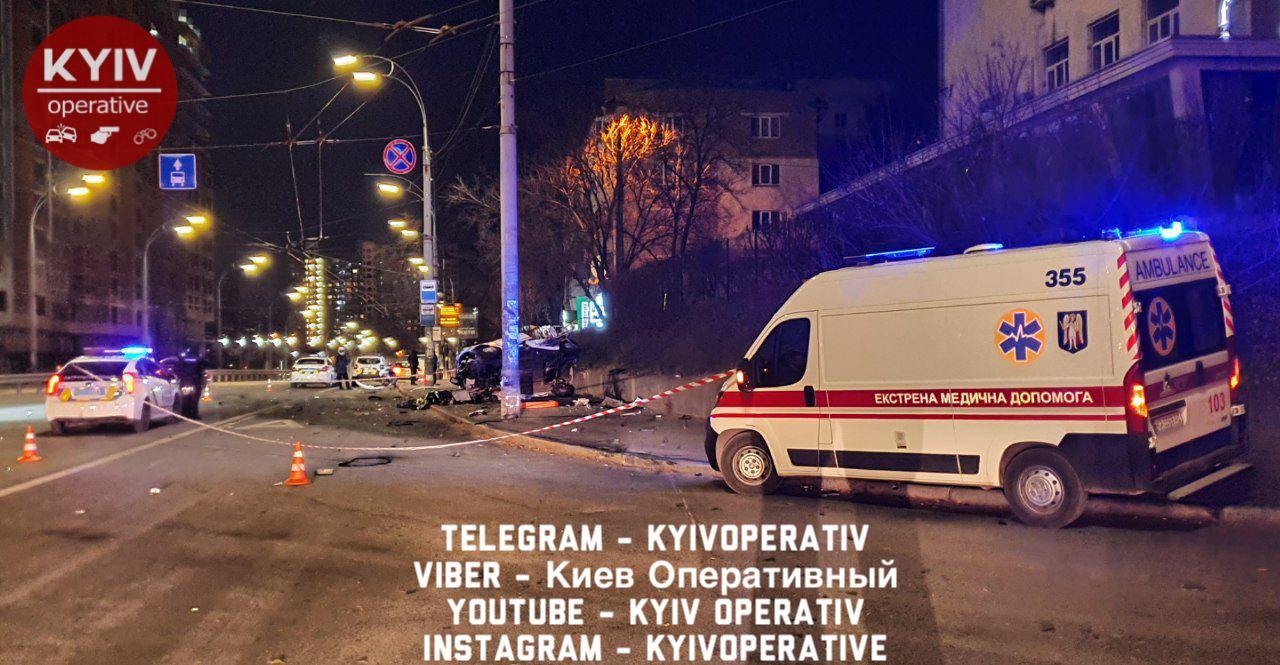 ДТП у Києві: авто на великій швидкості протаранило стовп (ФОТО)