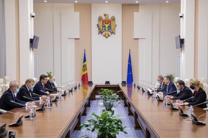 Перший візит на посаді президента: Санду офіційно відвідає Україну