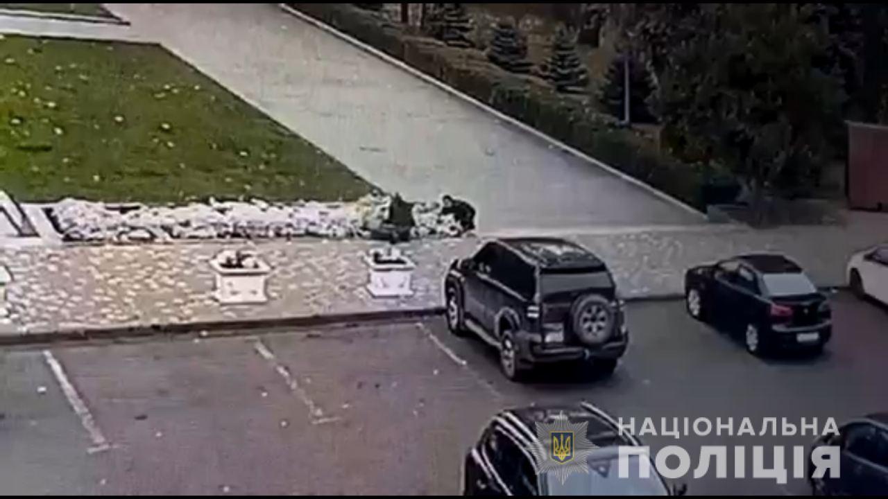 В Одесі чоловіки вкрали сто клумб квітів та заробили 30 тис. грн
