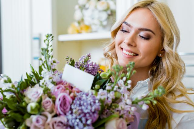 Дівчина із квітами