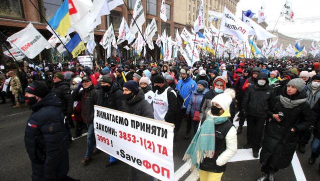 Перші постраждалі, бійки та намети на Майдані: як проходить мітинг у Києві