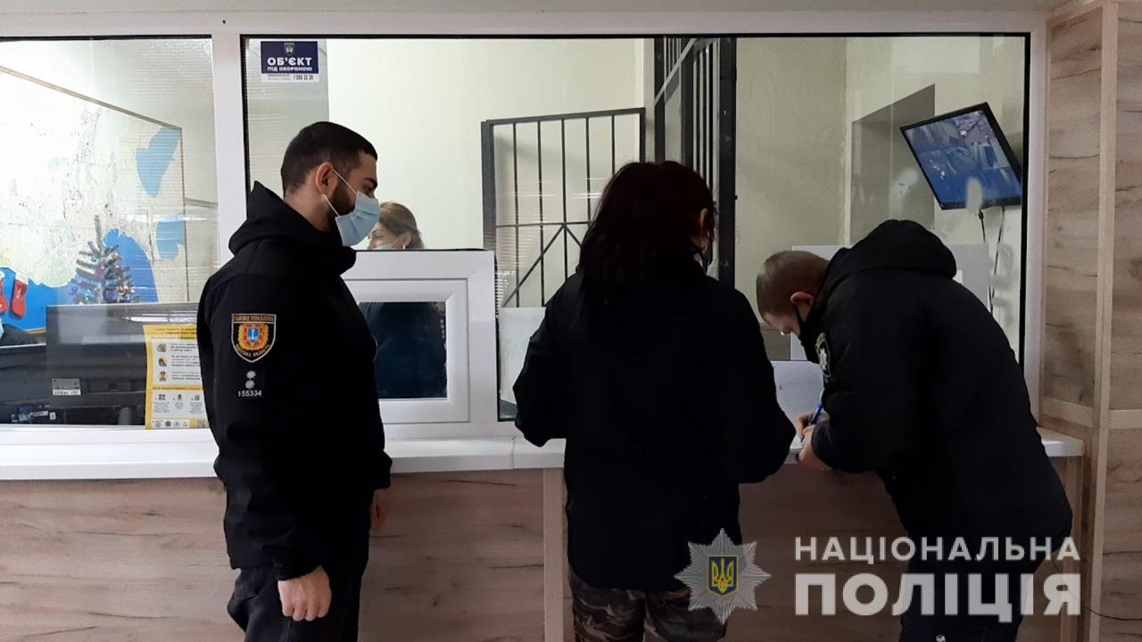 Попросив зателефонувати: в Одесі дівчина вдарила незнайомця ножем у груди