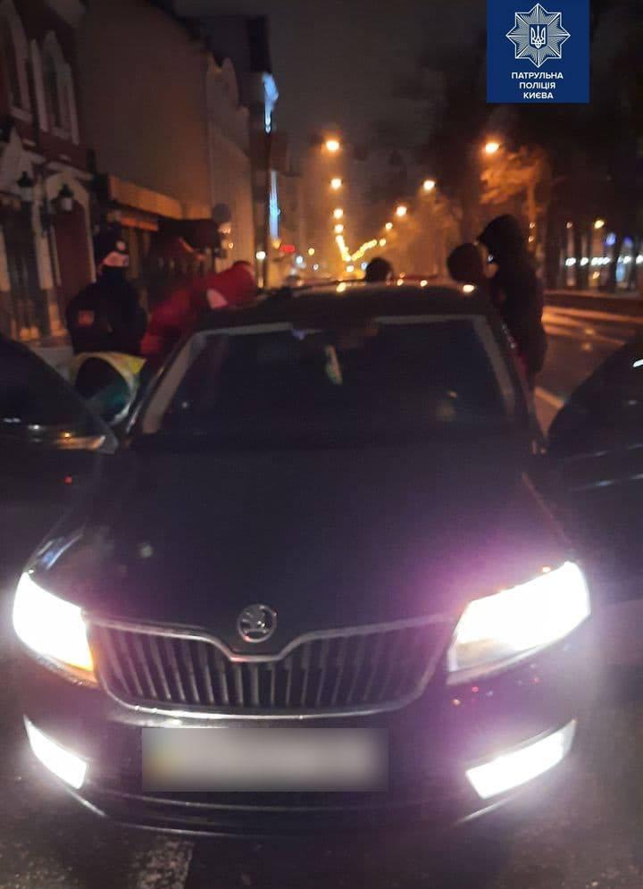 Хотіла покататись і подивитись на ялинку на Подолі: у Києві дівчина викрала авто
