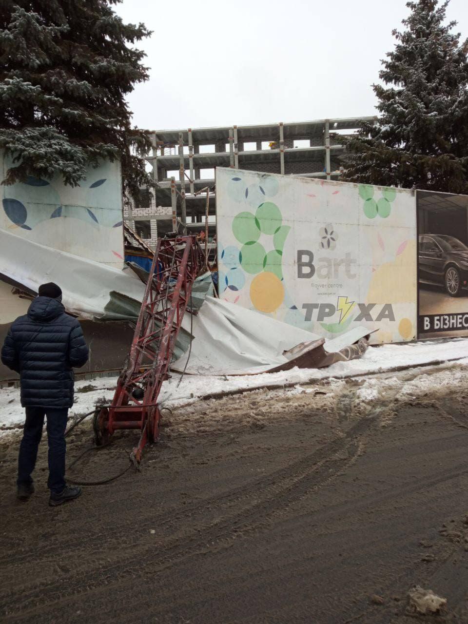 У центрі Харкова будівельний кран впав на вагончик із робітниками