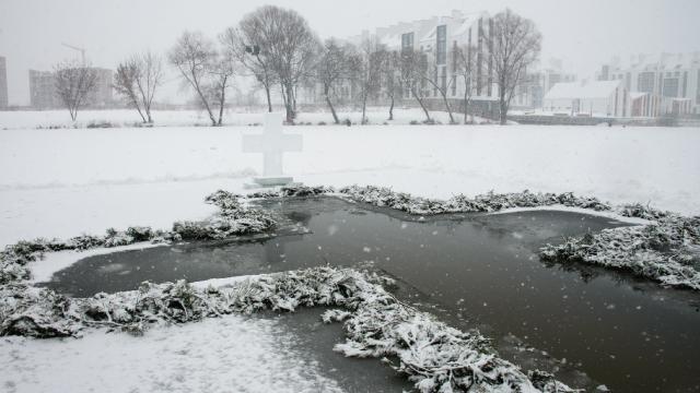 Мороз -15 и сотни желающих: как в Украине купались на Крещение 2021