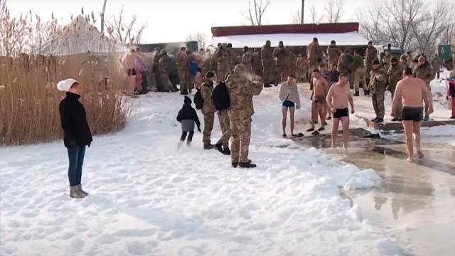 Несмотря на мороз -20: как украинские воины ныряли в ледяную воду