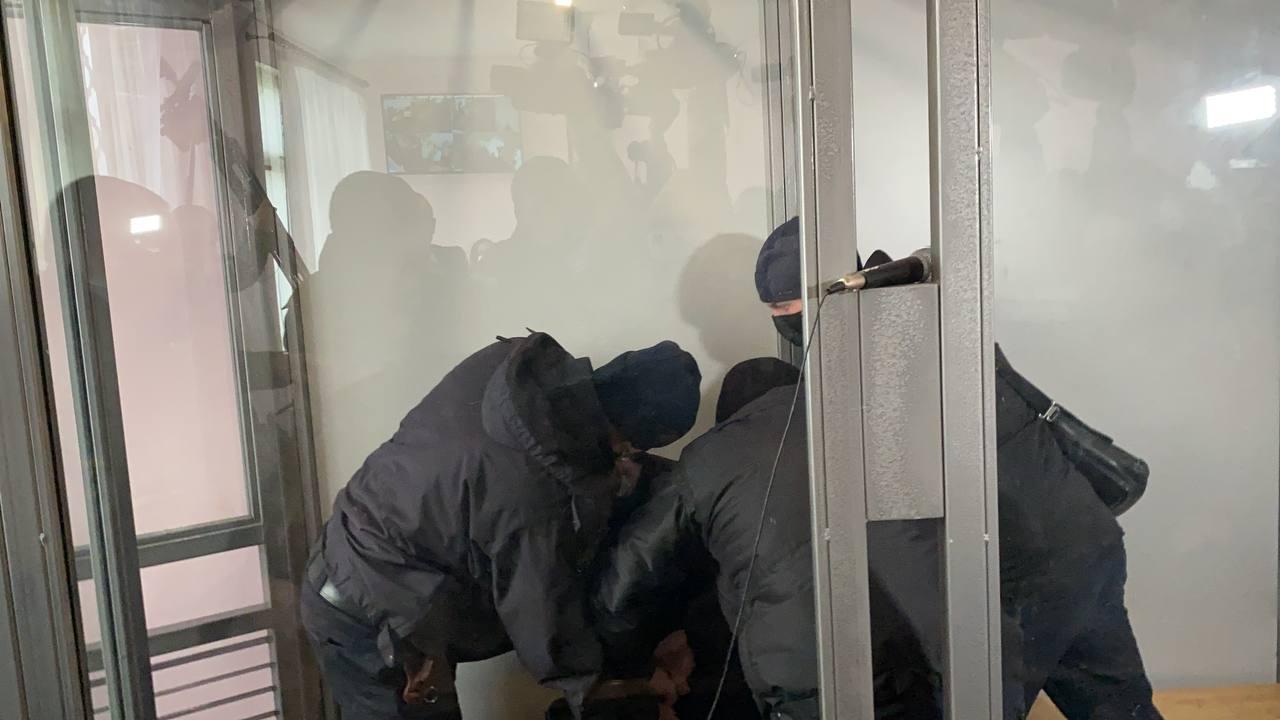 Підозрюваний у вбивстві Даші Лук'яненко порізав шию лезом у суді (18+)