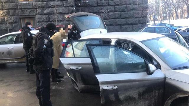 Біля Ради затримали озброєного чоловіка — поліція відкрила справу